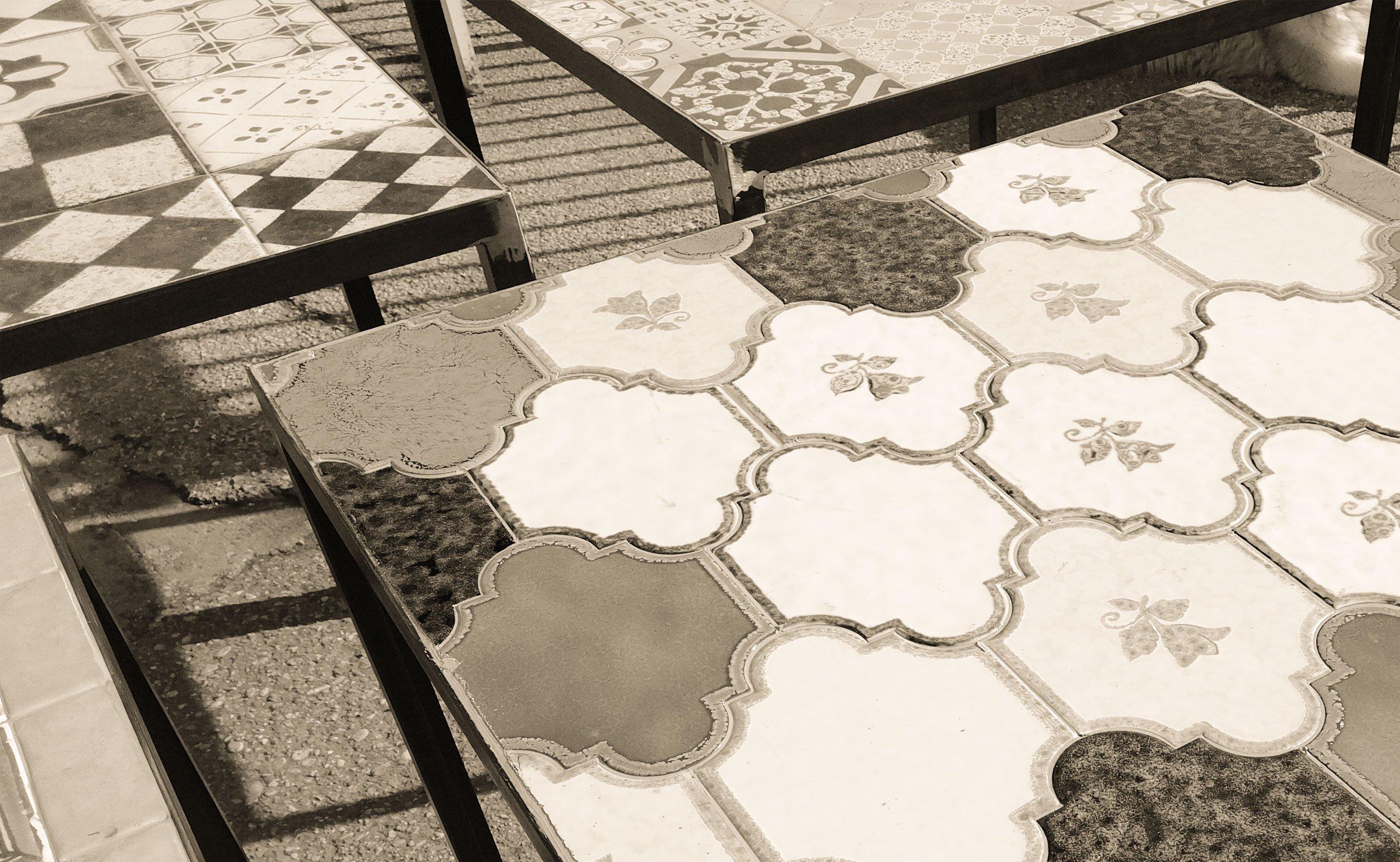 Tavoli industriali con piastrelle vintage cheantico