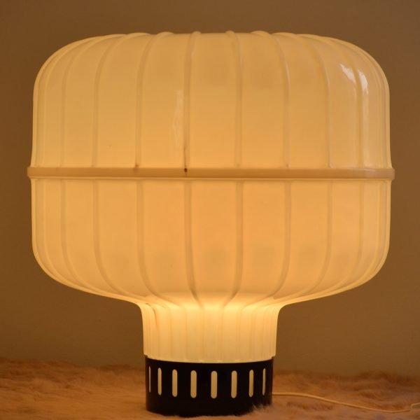 lampada da tavolo grande accesa