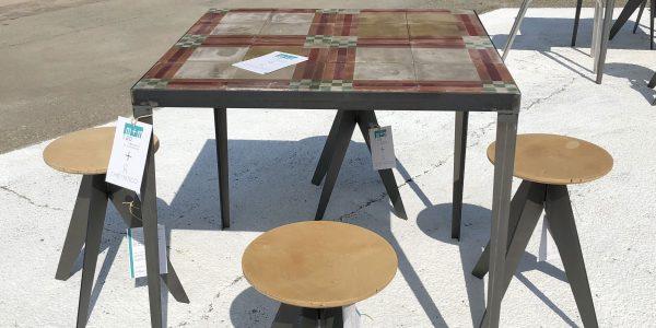 tavoli e sgabelli su misura effetto mosaico