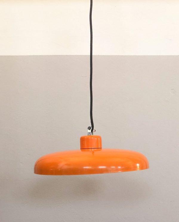 lampanda a soffitto industriale arancio accesa