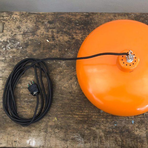 lampada a soffitto arancio dettaglio