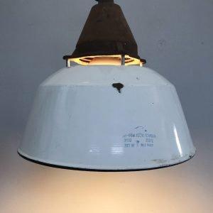 Lampada industriale vintage a campana in ferro smaltato accesa