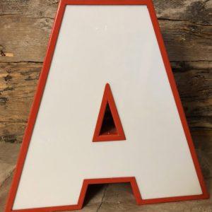 Lettera insegna vintage A in ferro rosso plexiglass bianco illuminata led