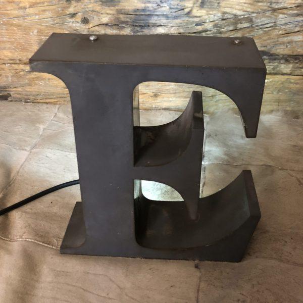 lettera vintage scatolata in ferro retro illuminata sopra