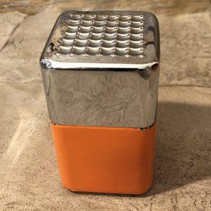 Portasigarette Arancio Anni 70 un accessorio vintage per la casa e per gli amanti dell'abbinamento brillante del metallo cromato e arancio.