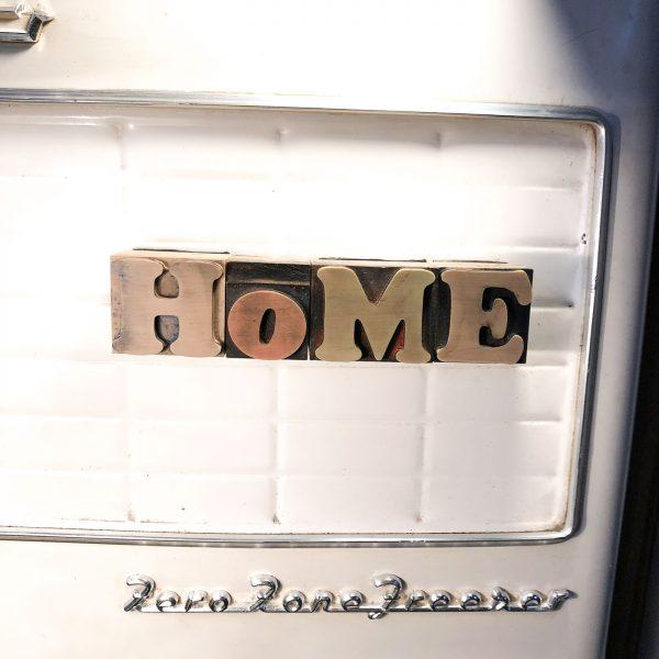 HOME –  Caratteri tipografici vintage scritta calamitata MAIUSCOLO