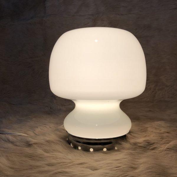 Piccola lampada da tavolo in vetro anni 70 circa colore bianco.
