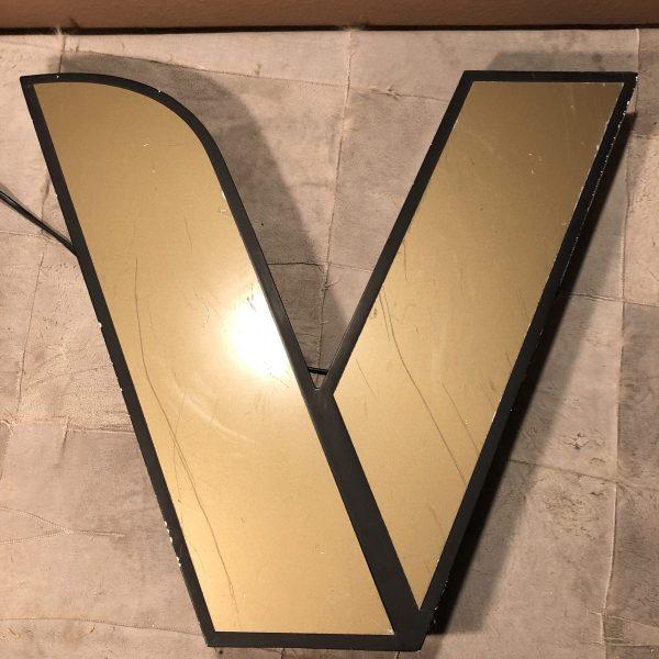 V - Insegna Vintage Lettera Scatolata da Arredamento frontale