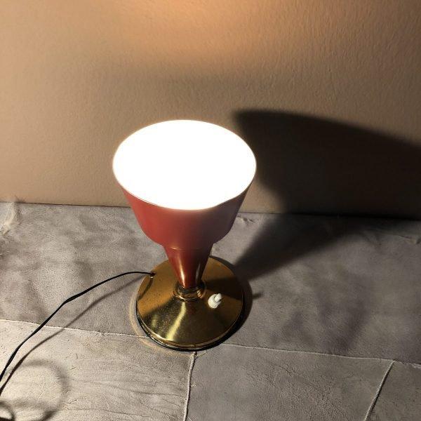 lampada a calice rosa midcentury accesa