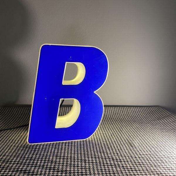 Insegna luminosa lettera b