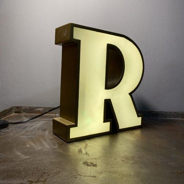 insegna lettera luminosa R scatolata